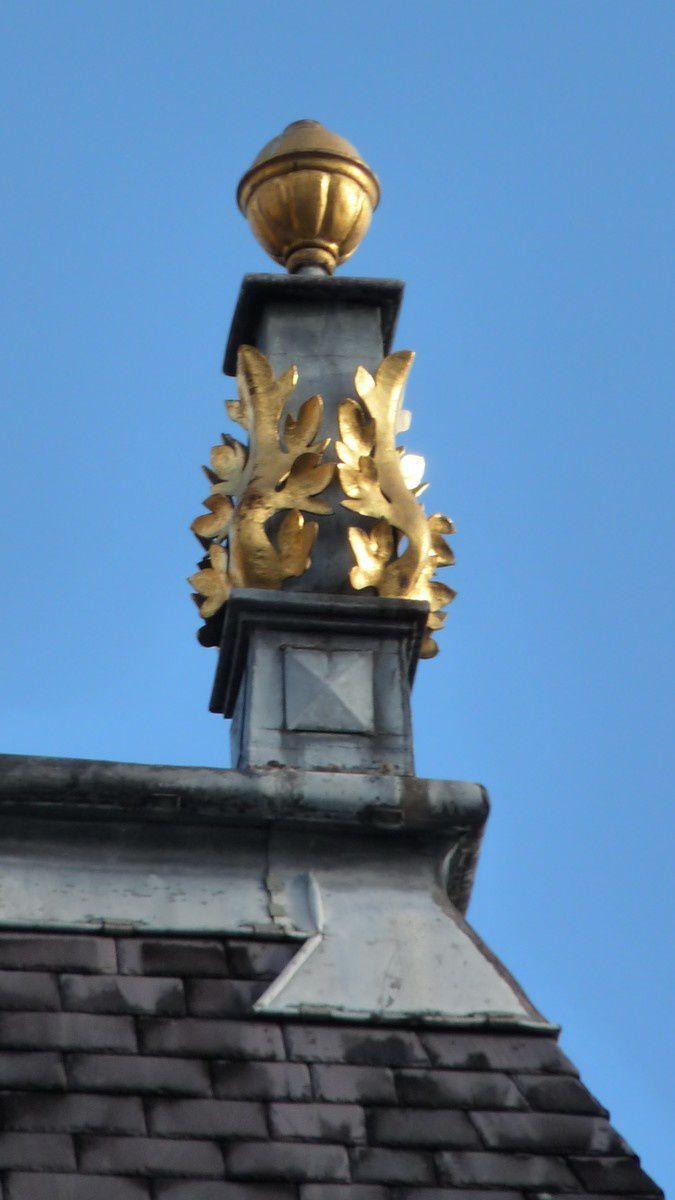 Place ducale à Charleville-Mézières (Ardennes) : les poinçons de faîtage