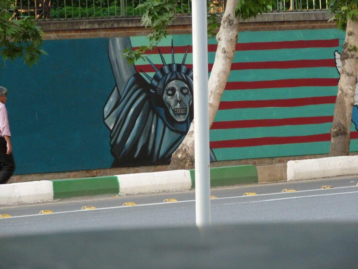 Fresque de propagande sur le mur de l'ancienne ambassade des États-Unis à Téhéran