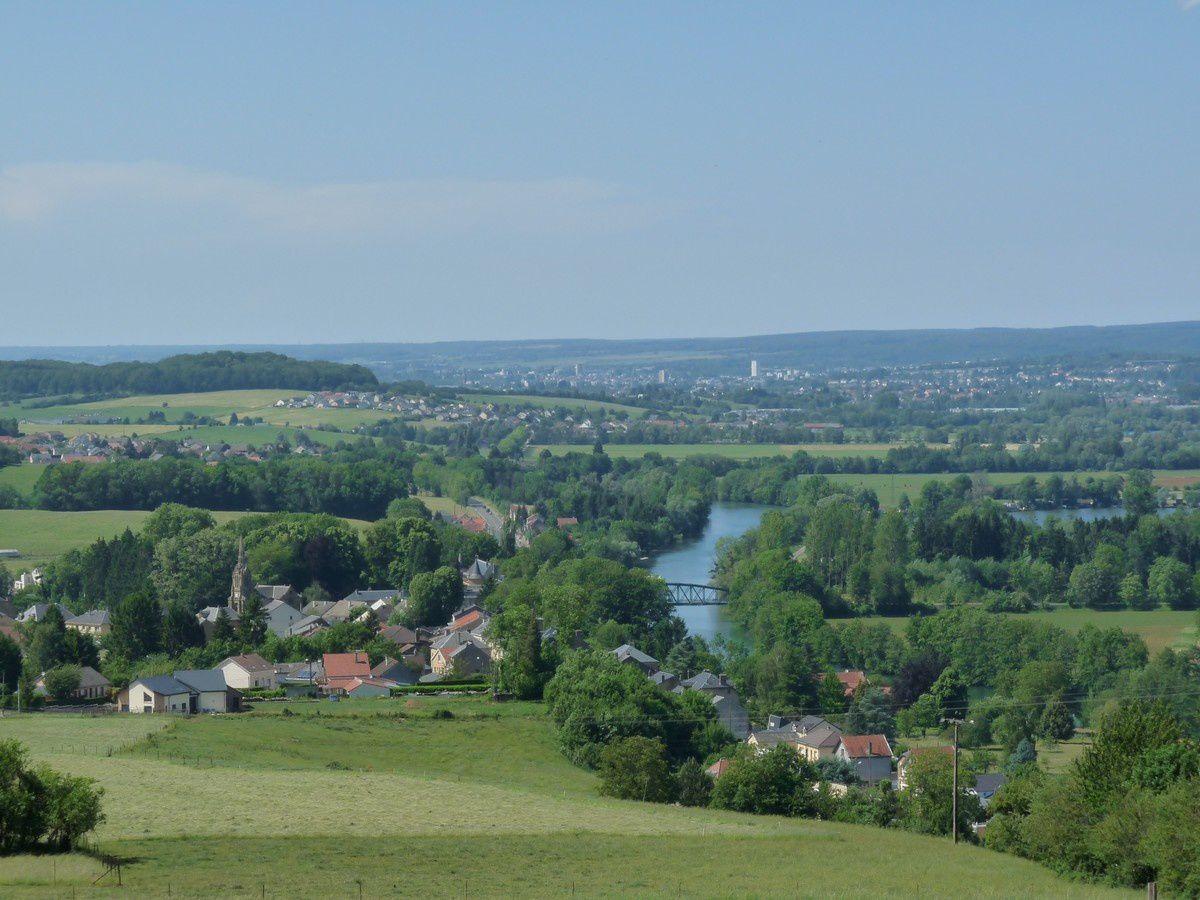 Le village, la Meuse et Charleville-Mézières