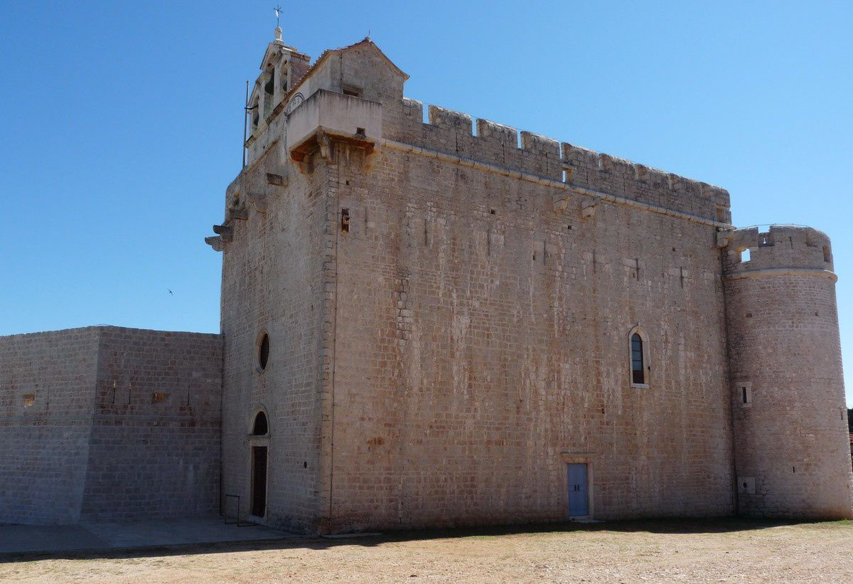L'église fortifiée de Stari Grad (Croatie)