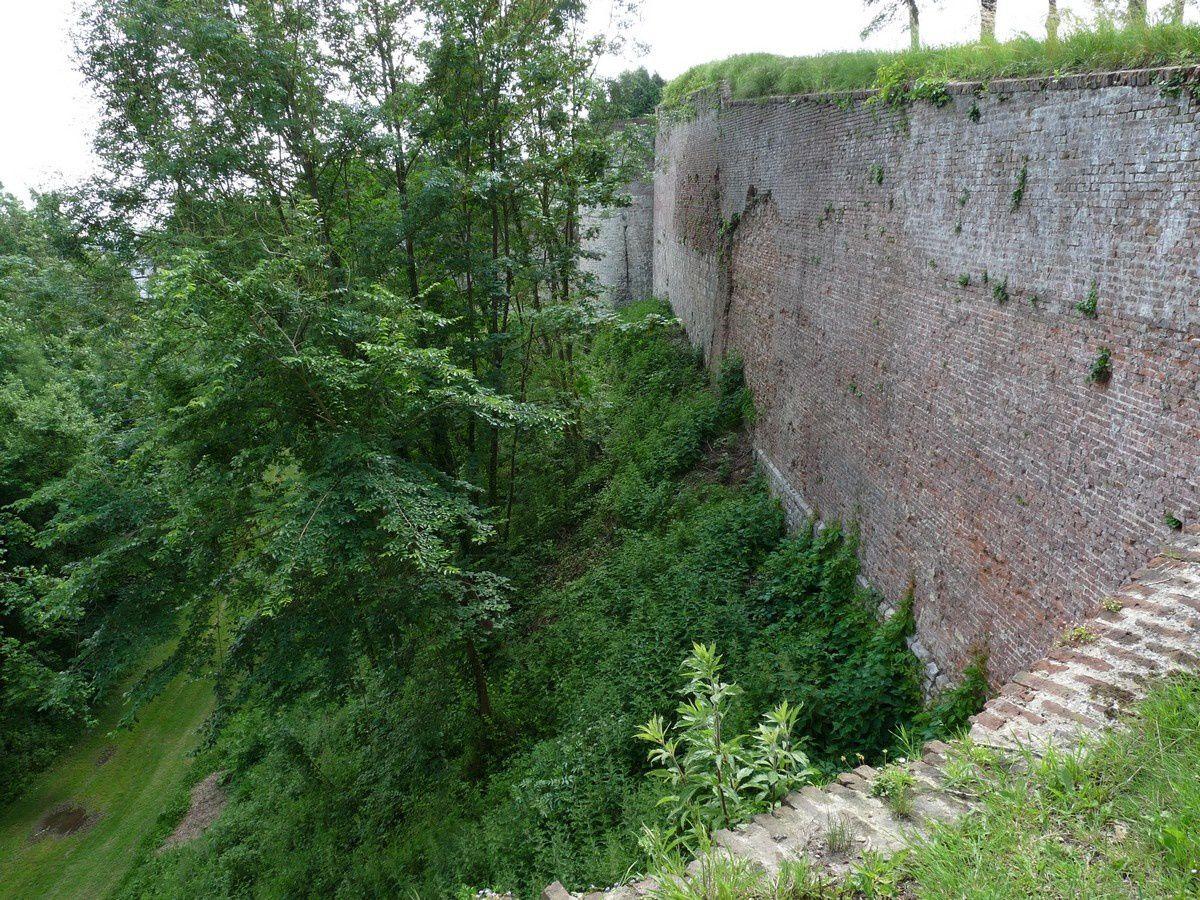 Montreuil-sur-Mer (Pas-de-Calais) : les remparts et l'église Saint-Saulve
