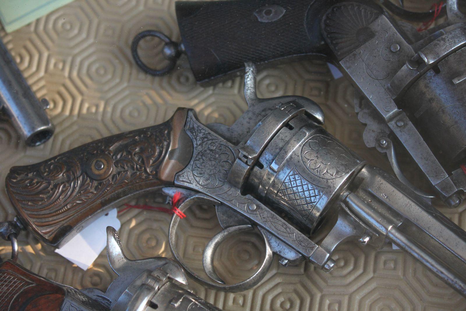 Jean Menu antiquaire expert en armes anciennes exposait le 7 juillet