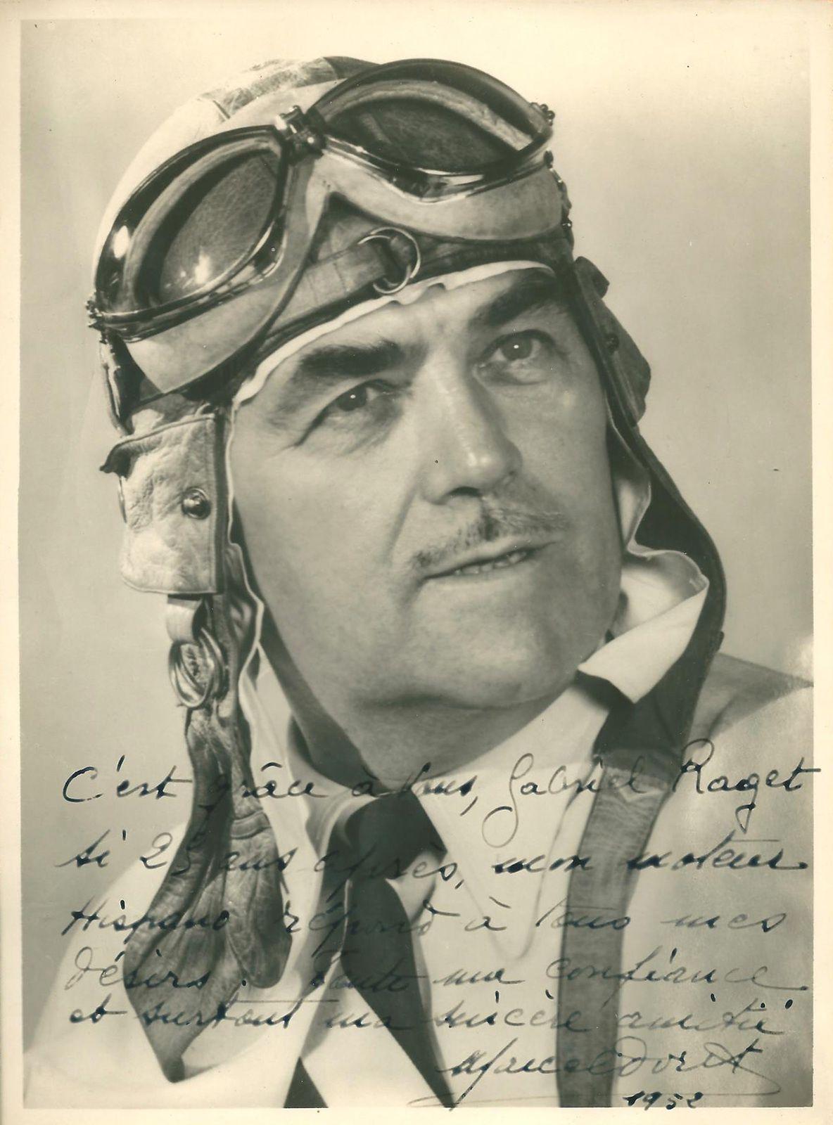 """""""Manuscrit inédit de Marcel Doret de 1952 trois ans avant sa disparition sur photo dédicacée : « c'est grâce à vous, Gabriel RAGET, si 25 ans après mon moteur Hispano Suiza répond à tous mes désirs et toute ma confiance et surtout ma sincère amitié. Marcel Doret 1952 ». Jusqu'en 1954 un an avant sa disparition Marcel Doret continuait la voltige sur des avions équipés de moteurs Hispano-Suiza dont le banc d'essai à Bois Colombes était dirigé par Gabriel Raget.''"""