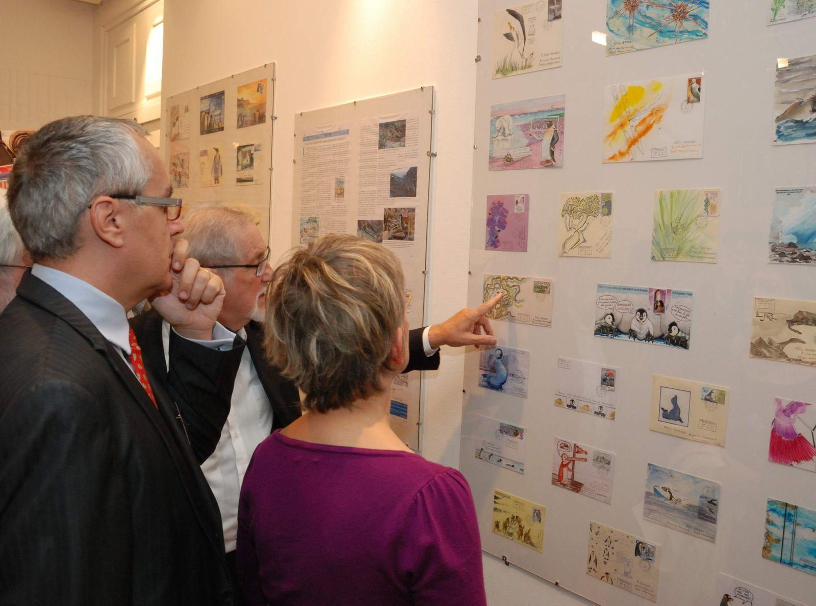 Alain Barbet commentant les présentations de Mail Art.