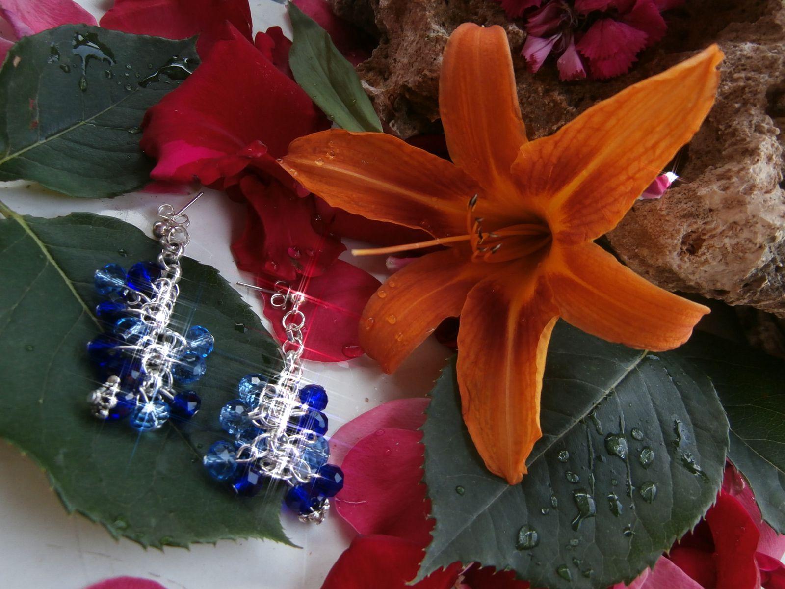 Orecchini a lobo color argento con pendenti a grappolo in mezzo cristallo azzurro e blu