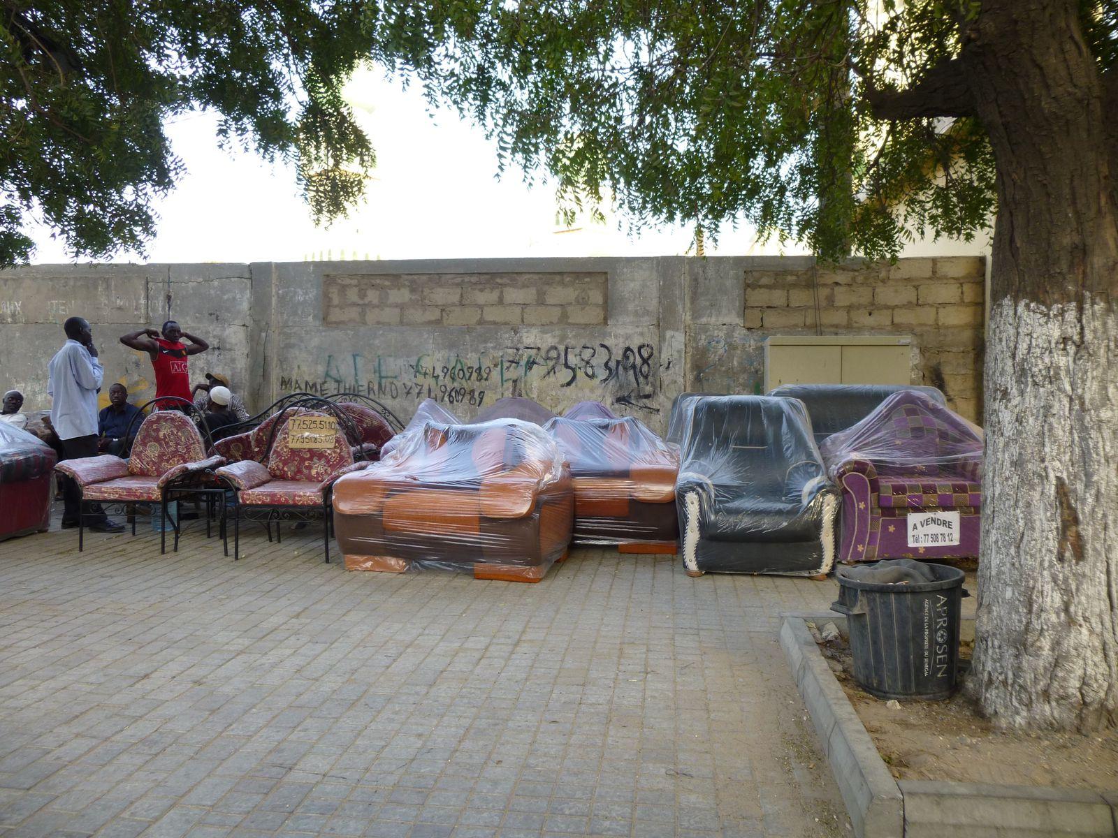 Gueule Tapée, une rue entière remplie de meubles sur les trottoirs