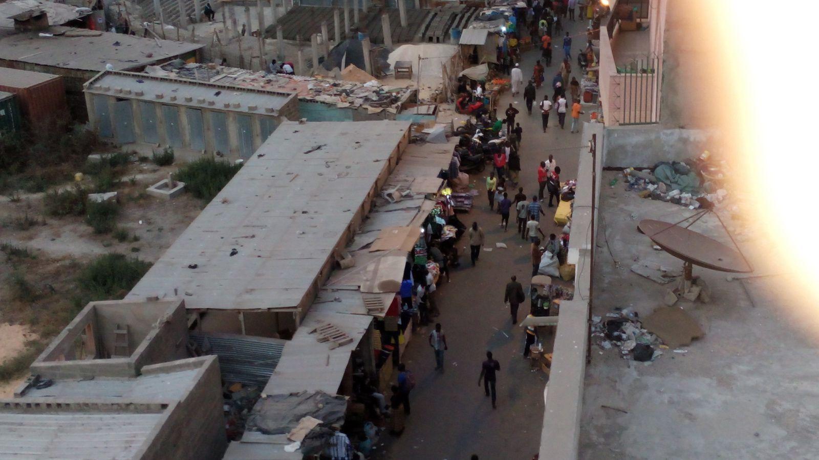 depuis la terrasse d'Hélène, le soir déjà moins de monde et à partir de 20h il est plus facile de circuler.