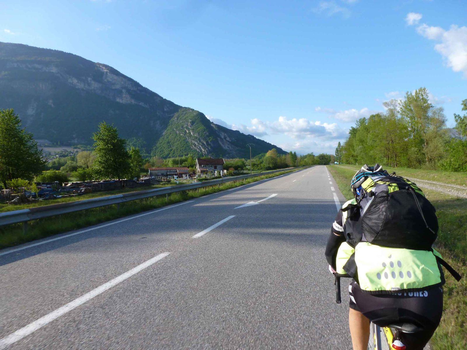 Dans la roue de Franco en arrivant à Culoz - le Grand Colombier à notre gauche, on l'a deja grimpé ensemble.. et c'est pas impossible qu'on remette le couvert cet été d'ailleurs