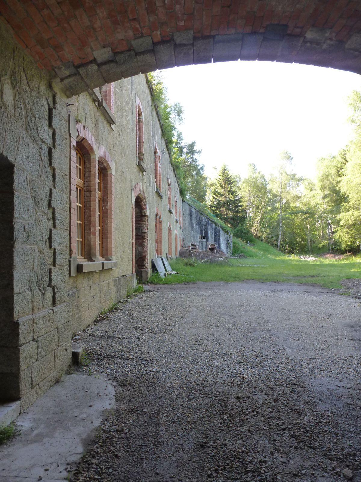 Petit coup d'oeil à travers la porte derrière les douves - le fort du Mont ne semble pas aussi bien entretenu que d'autres forts dans la région...
