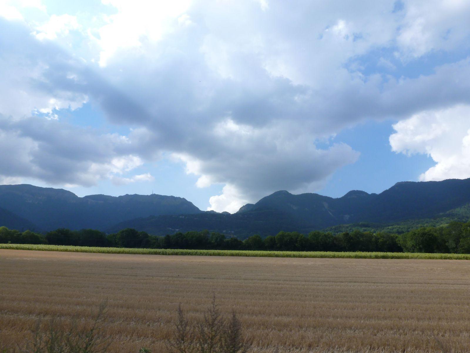 A la sortie de Gex... petit coup d'oeil vers le col de la Faucille sur ma gauche. Pris dans pas mal de nuages et de brume, un peu à l'image de la météo des 2 jours passés...