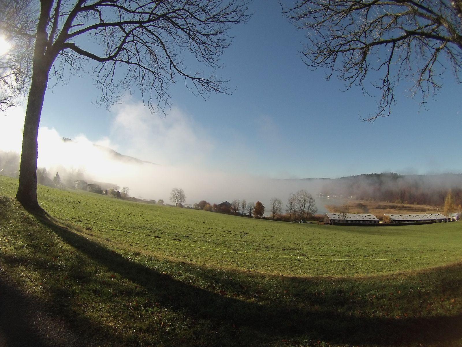 Le lac de Saint Point, sa partie nord prise dans la brume