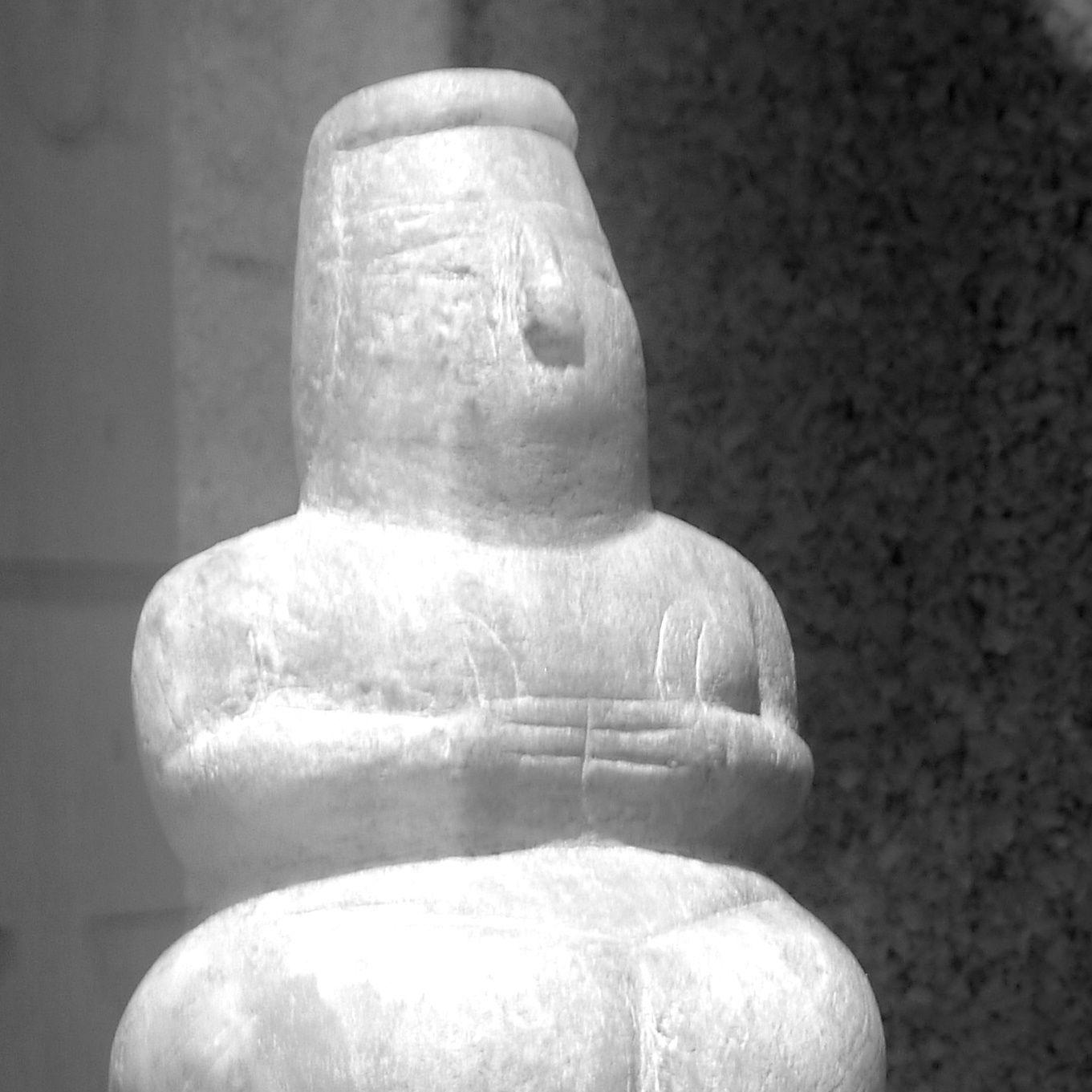 Mère Terre de Decimoputzu, loc. su Cungiau de Marcu,  civilisation Ozieri, période néolithique. Vous pouvez l'admirer, sereine, méditante depuis des millénaires, au musée archéologique national de Cagliari, Sicile.
