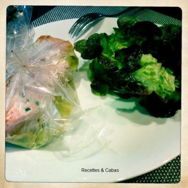Papillote de saumon aux ravioles, salade verte