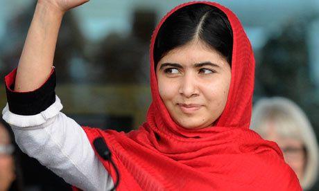 Malala Yousafzai vagues au cours de l'ouverture officielle de la bibliothèque de Birmingham. Photo: Facundo Arrizabalaga / EPA