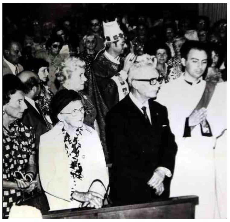 Mgr Mamberti aux côtés de ses parents lors de son ordination (cathédrale d'Ajaccio, 20 septembre 1981).