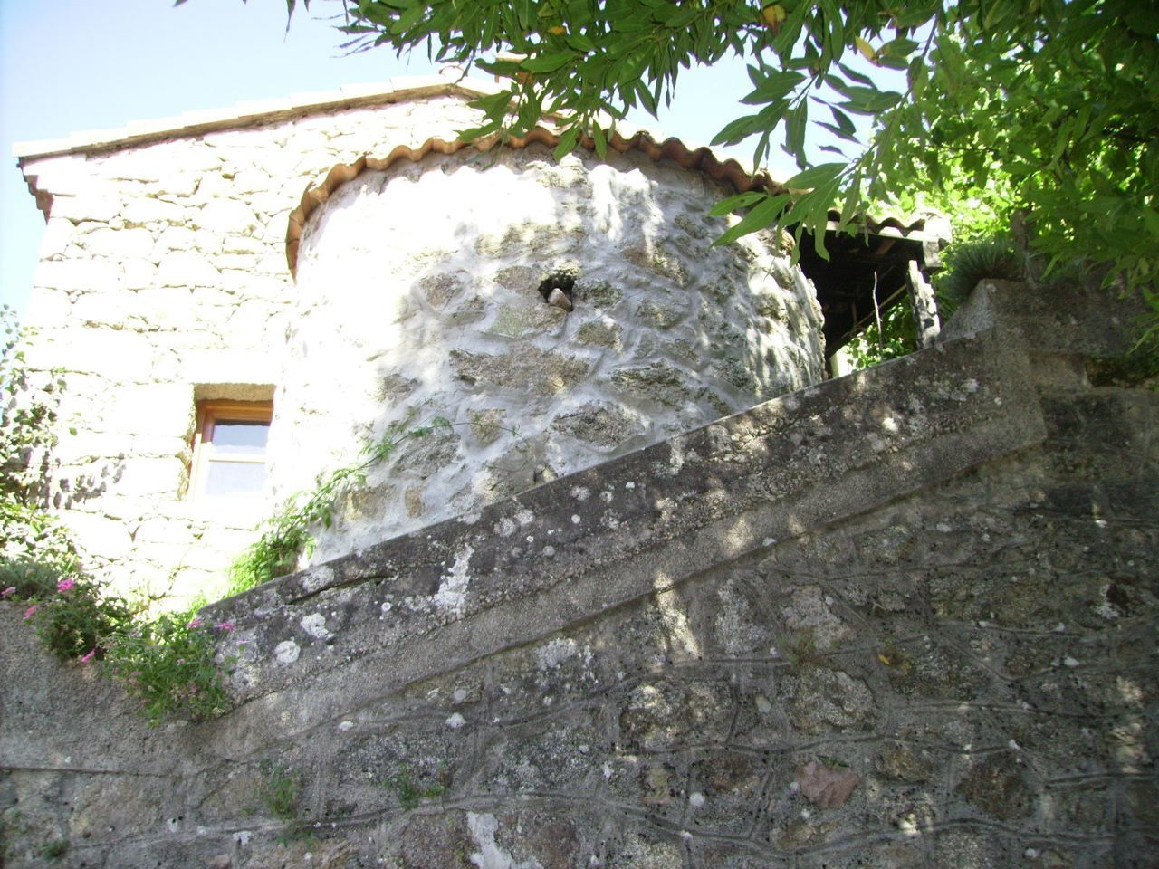 Le séchoir à châtaignes vu de la Stretta.