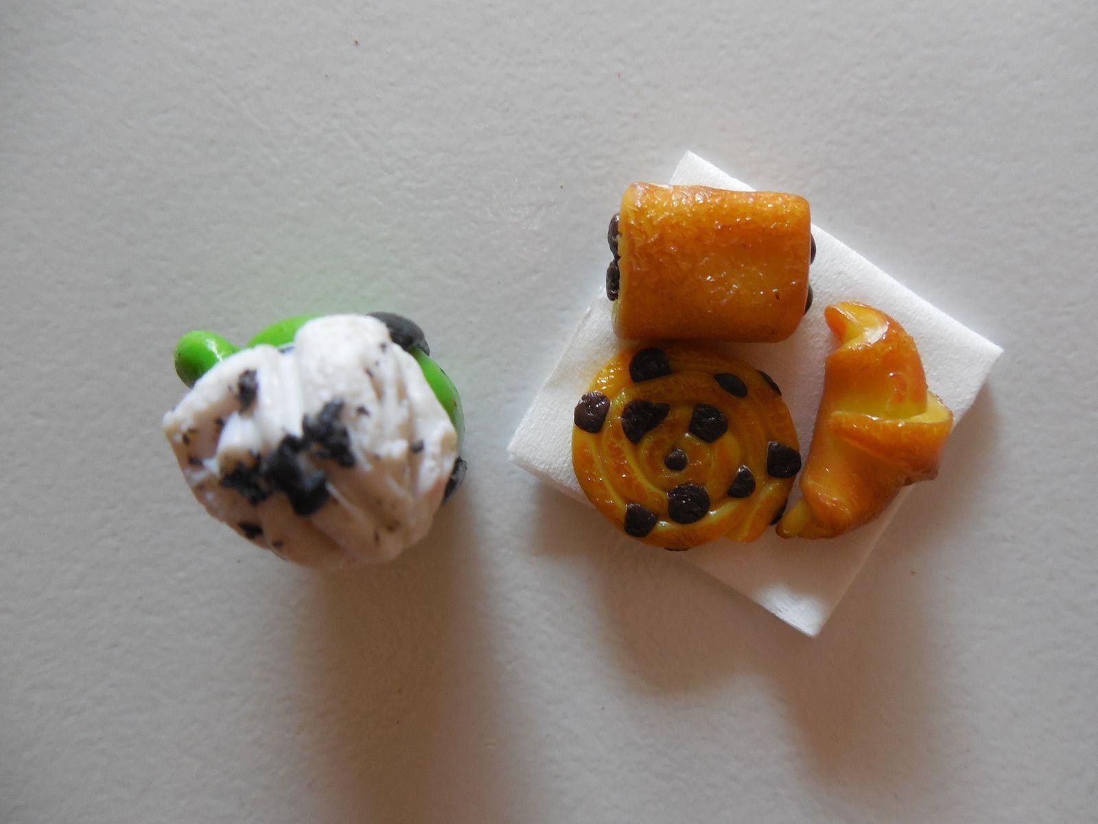 Réalisé avec de la pâte fimo jaune, verte, noir, blanche, et chocolat. Pastels secs ocre, chocolat, marron clair.