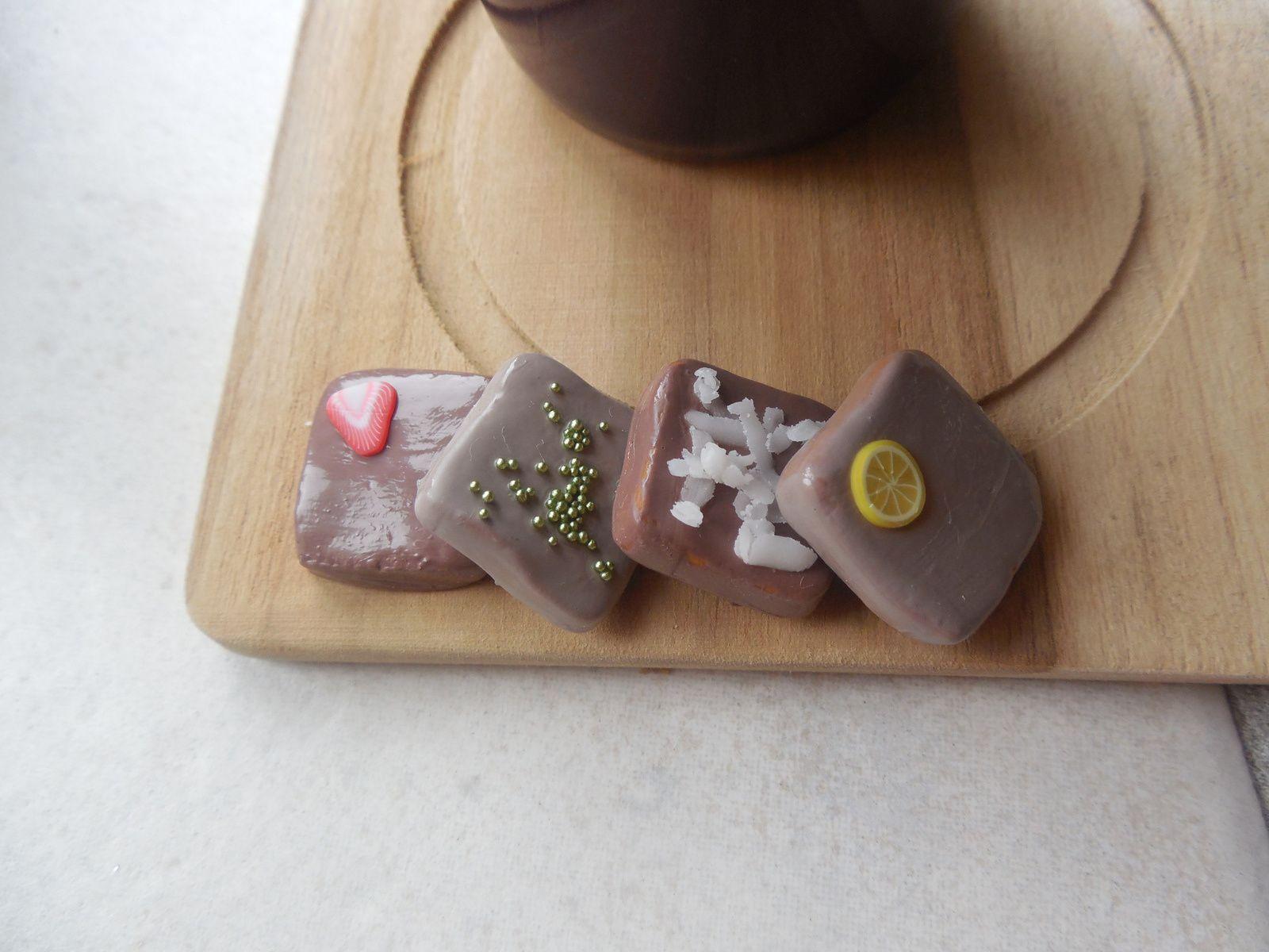 Réalisé avec de la pâte fimo caramel recouvert de vernis à ongles marron. Décoration : tranche de canne fraise, microbilles vert nacre, chutes de pâte blanche (noix de coco), tranche de canne citron.