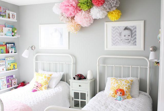 Chambre d'enfant en gris.