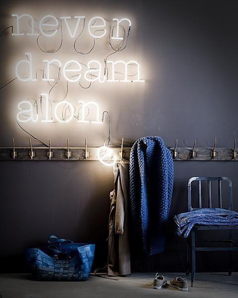 Le néon revient et illumine les intérieurs