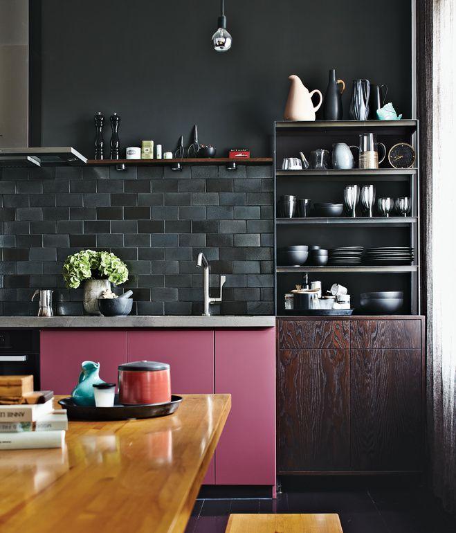 Un appartement en noir, rose et gris