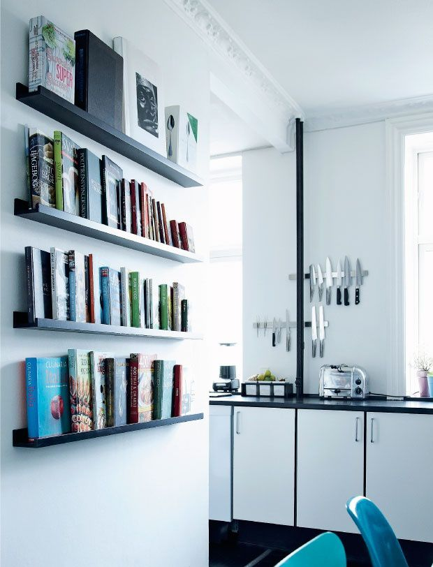 Un appartement en noir et blanc et aux accents colorés