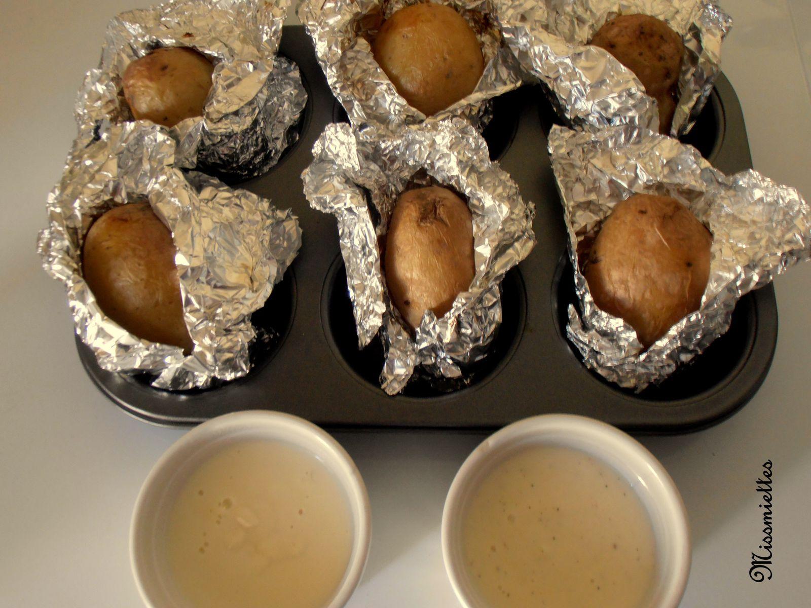 Pomme de terre au four et ses 2 sauces au fromage - Pomme de terre en robe de chambre au four ...