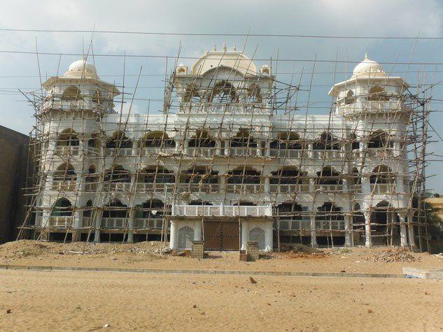 Un hôtel en construction, un rien clinquant (!), qui sera peut-être fini un jour...