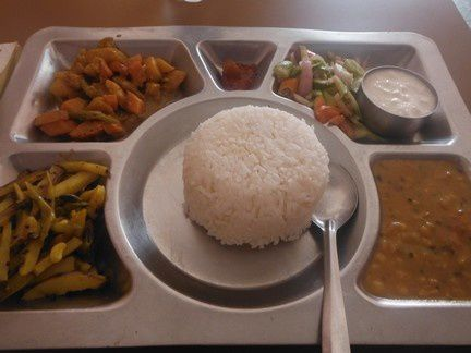 thali en assiette inox, dal à droite, sabjee et bhoja à gauche, pickles tout en haut