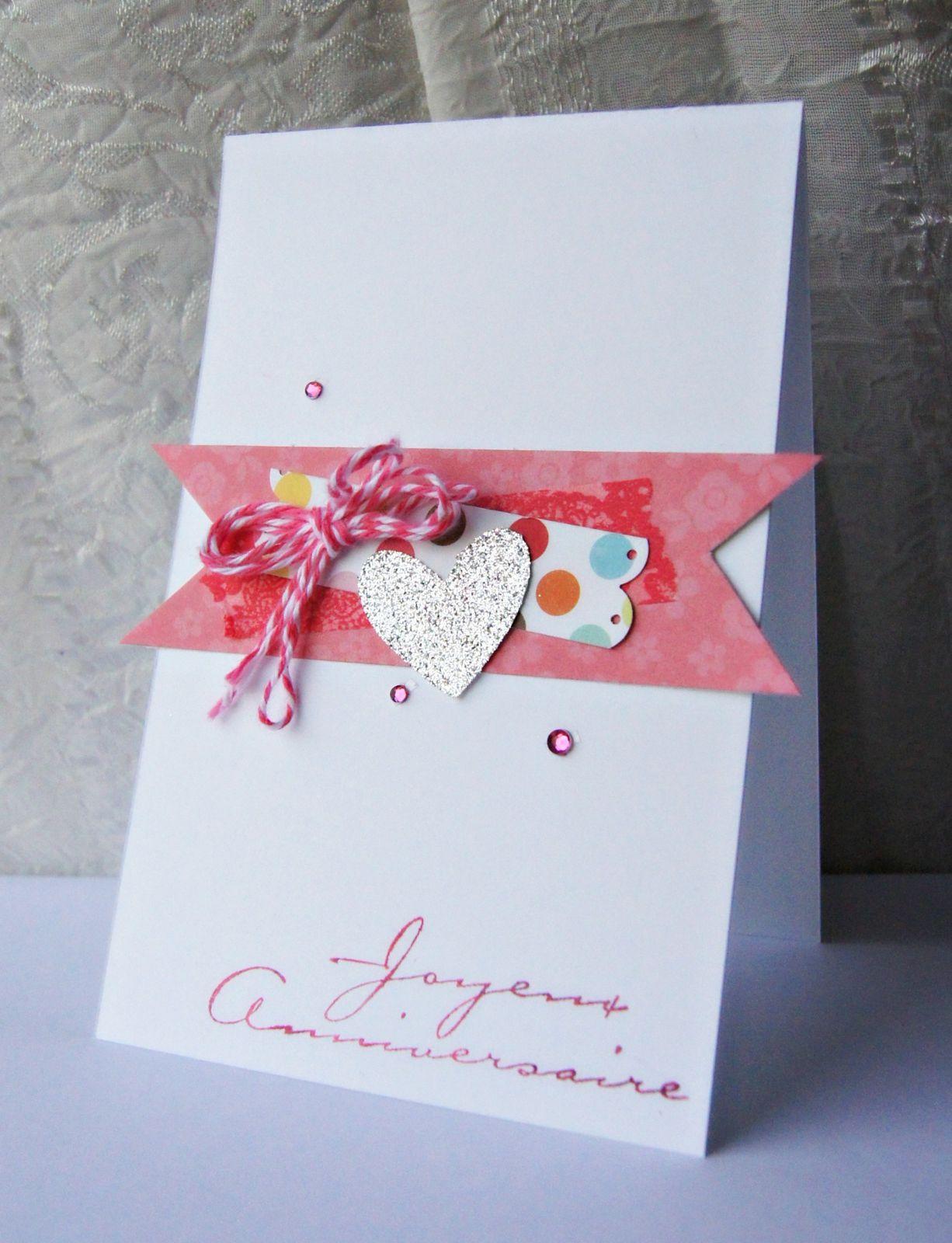 une carte d'anniversaire rose et coeur pailleté