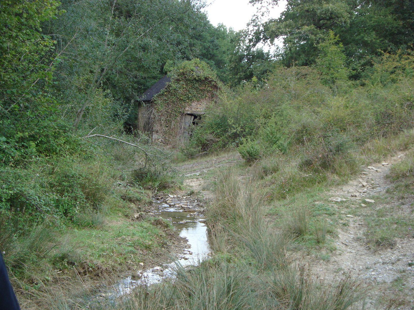 Le sentier passe à côté de certains vestiges de l'activité pastorale