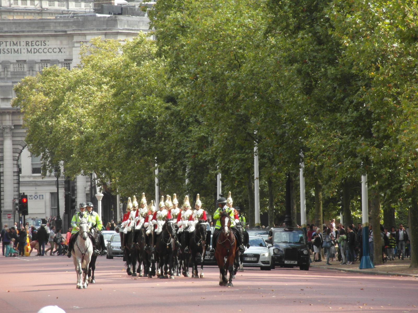 La garde à cheval sur The Mall &#x3B; au second, Admiralty Arch