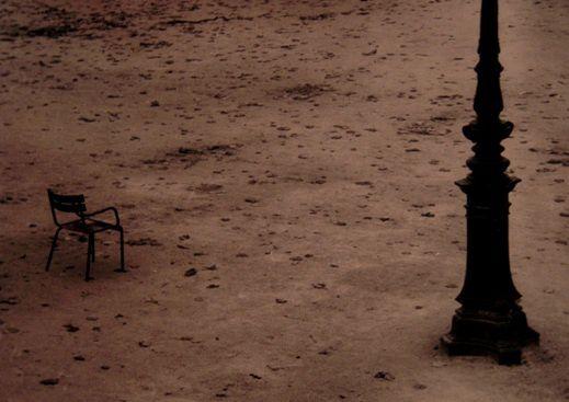 VACUITÉ. Silence rime avec absence, avec souffrance Et attente, aussi, au prix d'une consonne – presque rien, une ténuité sonore.  Mais un cri quand même qui se déploie, et s'amuit dans tout ce vide.