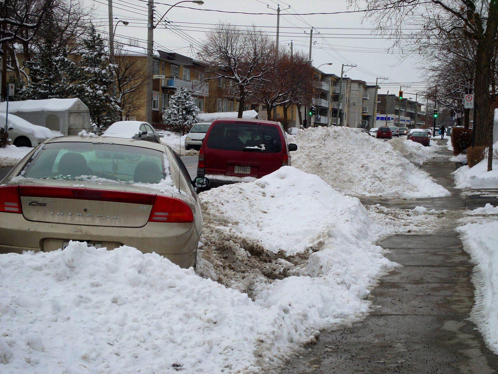 Vous remarquerez que les voitures se garent en épis quand il y a de la neige,normal car elles sont entourées de neige :)