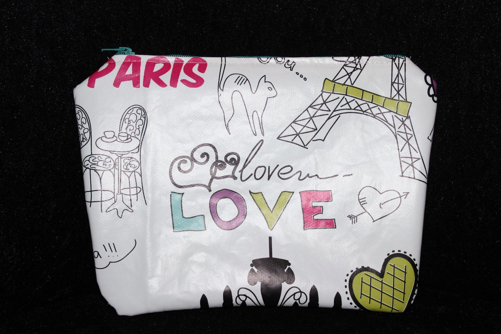 """Celle ci est faîte avec des chutes de toile cirée """"PARIS"""" assortie à la besace (voir article avril 2013), la doublure... et ben elle fait partie des tissus récupérés !"""