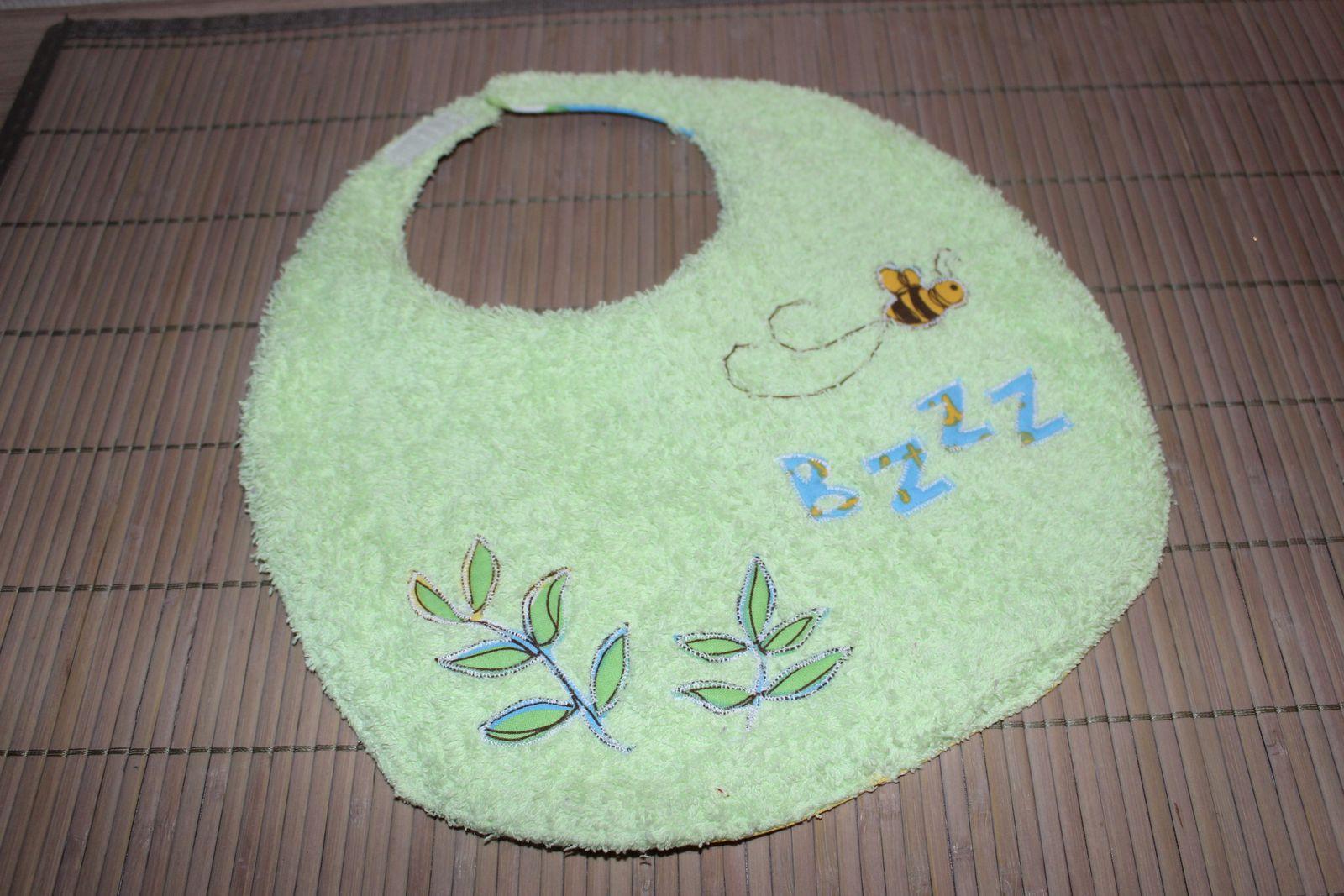 recto : éponge vert pâle avec des fleurs et une abeille thermocollées et cousues ( récupérées sur le tissu de Winnie)