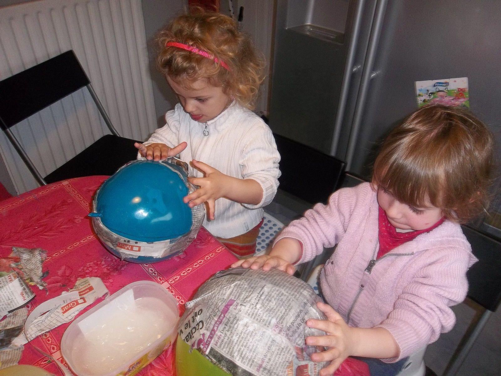 Coller des bandelettes autour du ballon en faisant la forme d'un panier. Attention à ne pas mettre TROP de colle car sinon ça ne sèchera pas, ne pas hésiter à superposer les couches  (au - 4)