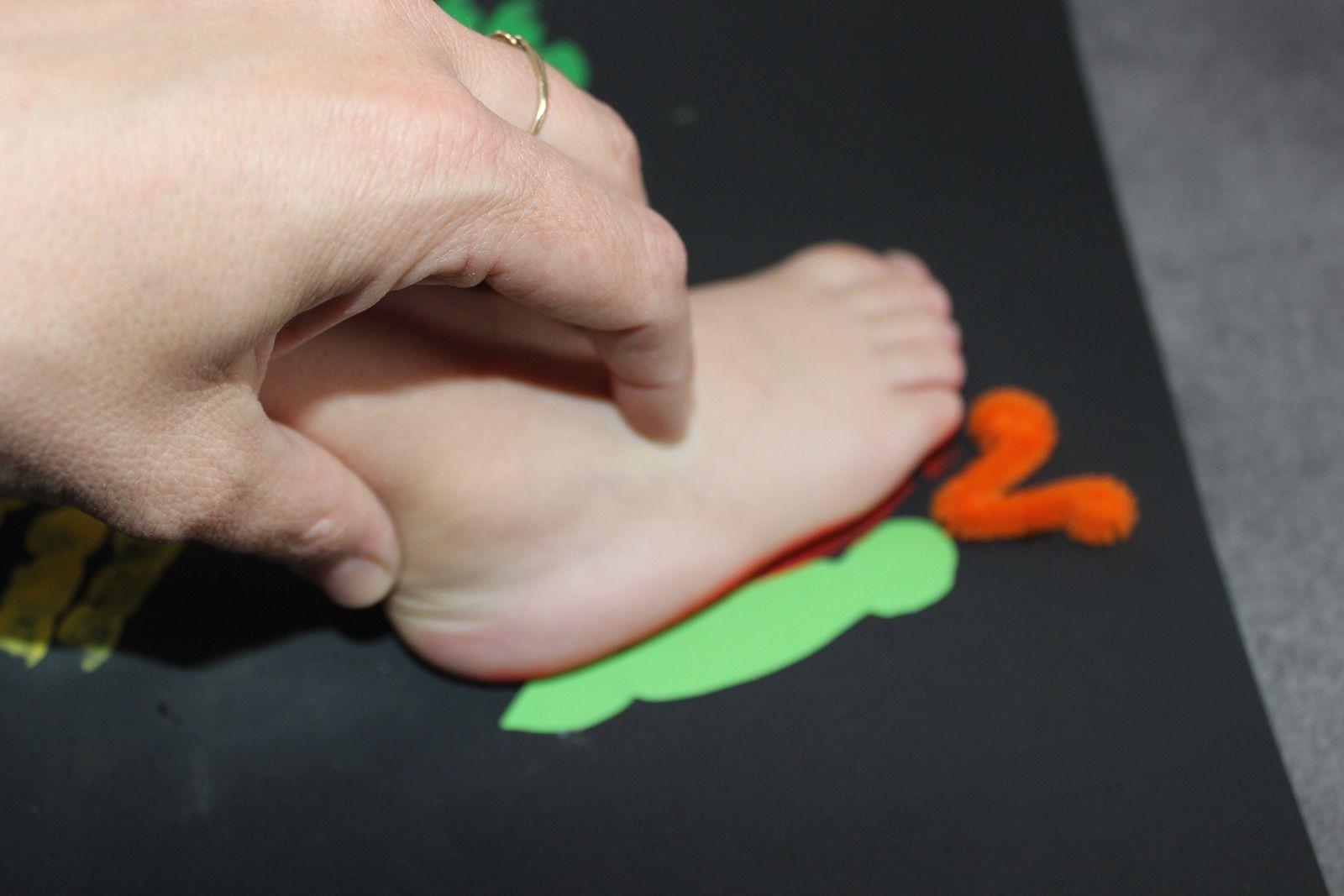 Sur la même feuille, on colle le corps et les antennes pour faire pareil mais avec les pieds ! 1, puis 2