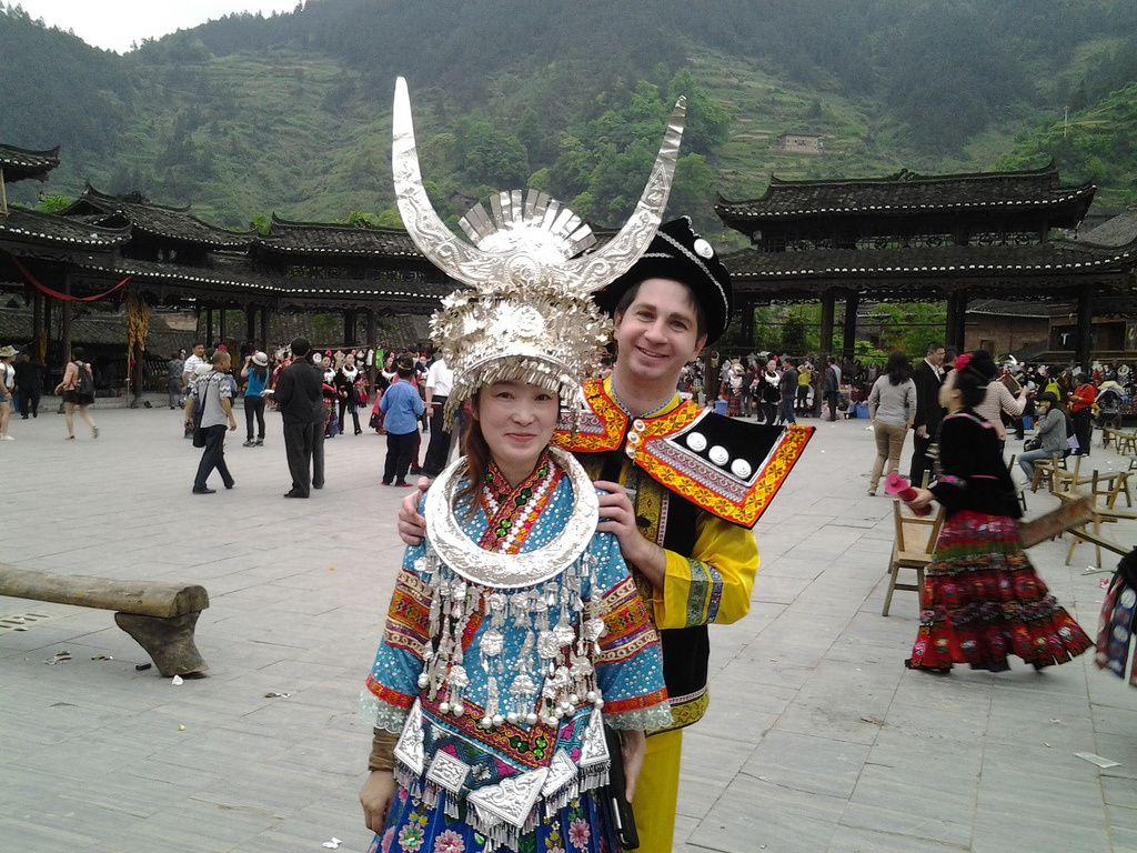 Wulin et moi en costume traditionnel Miao