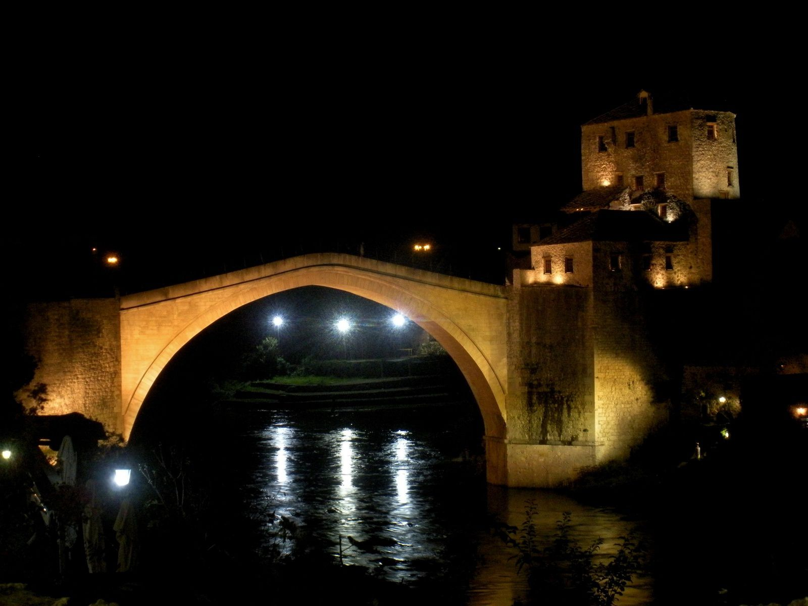 We feel very good in this country, enjoying the Ottoman Old city of Mostar with the famous Stari Most (a 500 years old bridge blown up during the war by the Croats and rebuilt using the same technique) and the crossroad town of Sarajevo where the Ortodox (Serbs), Catholic (Croats) and Muslims (Bosniaks) seem to be living peacefully. The signs of the war are still evident in the facades of the houses, the hills around the city and parks are full of graves that remember us the period when the city was besieged (93-95) and the people who died in the conflict. The locals still live in the past sitting in cafes with music from the 80´s but all in all Sarajevo is a cosy city that has witnessed so many events in history: Winter Olympics in ´84, Franz Ferdinand assassination, the start of the WWI.....