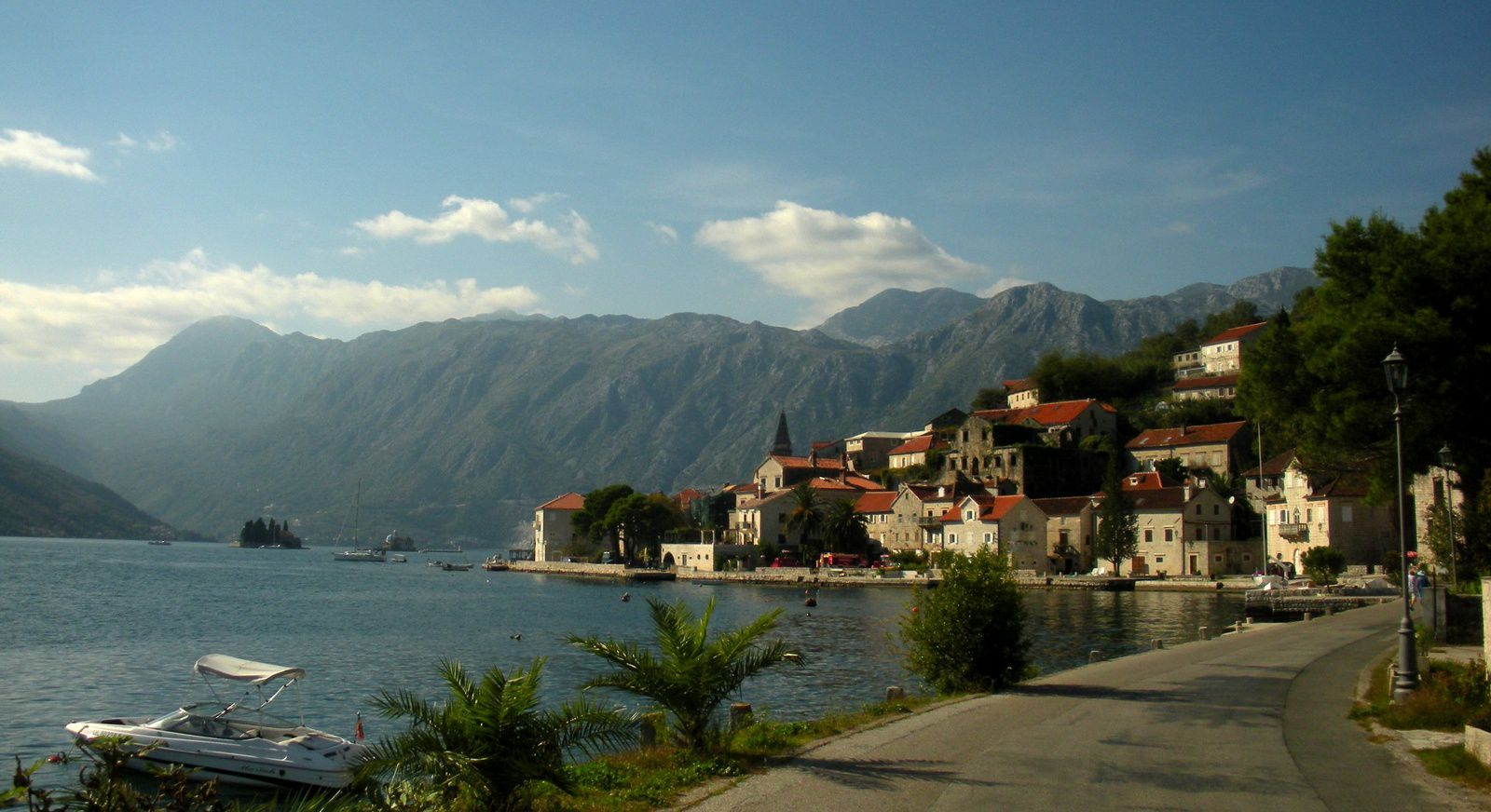 Montenegro is our highlight for cycling in this Balkans loop and the little road along Lake Skhoder a delight. Almost exiting Montenegro local people start to greet us and wave with the hand....it is clear evidence that the Albanians are there!