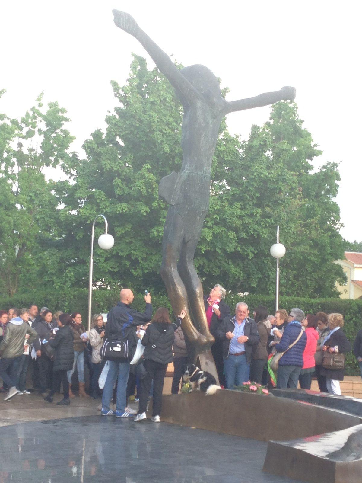 la statue du Christ ressuscité à Medjugorje, les pèlerins se recueillent.