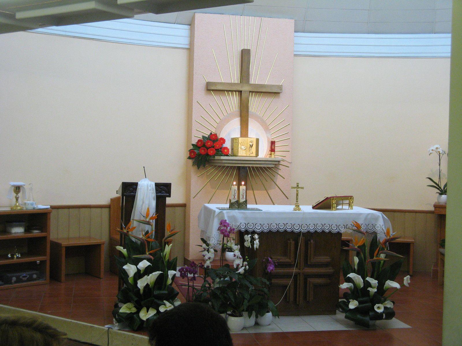 la petite chapelle à Medjugorje, accueille les groupes de pèlerins peu nombreux pour la messe dans leur langue.