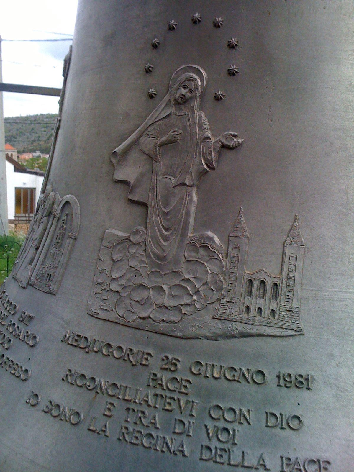 la cloche du dispensaire Padre Pio de Medjugorje y figure la Gospa de Medjugorje