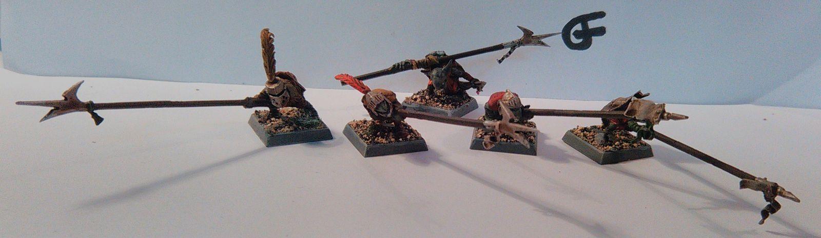 Dernière unité de guerriers en date, avec quelques conversions plus lourdes. Avec un récap' de mes petits portes étendards. Ils sont... Respectables.