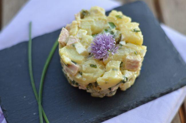 """Ma main à couper que ça va donner envie d'en faire à ceux qui pensent encore que la salade de pommes de terre, c'est pas super glamour !  Il faut dire que la fleur de ciboulette de notre """"jardin"""" y est pour beaucoup!"""