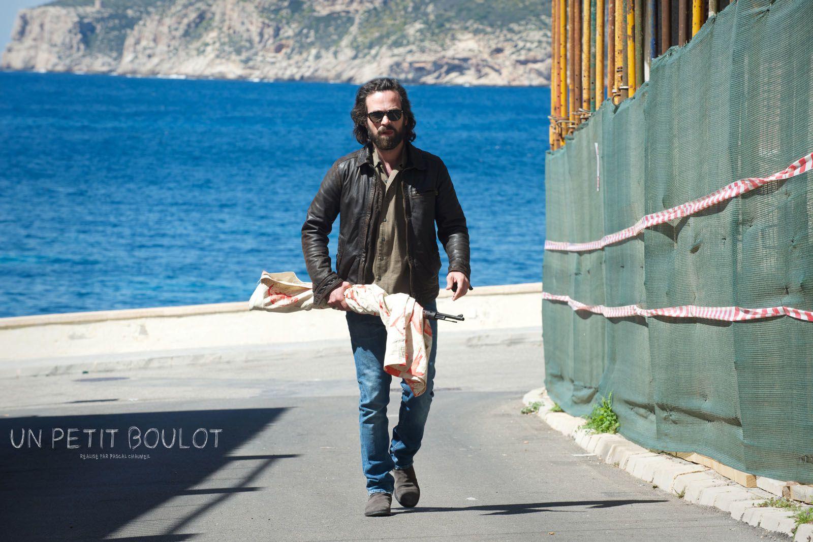 """Romain Duris qui se balade """"incognito"""" avec un fusil en pleine ville"""