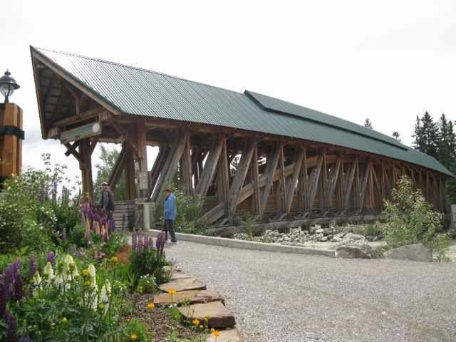 Le plus long pont piétonnier couvert à Golden