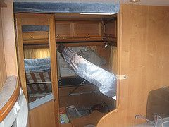 Sous le lit, espace de rangement accessible aussi de l'extérieur