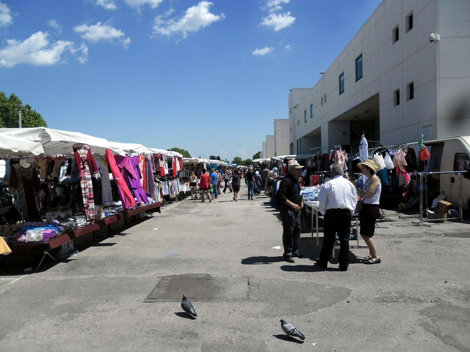Un  marché cosmopolite et coloré au stade des Costières à NIMES.